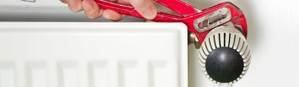 CV monteur repareert radiator